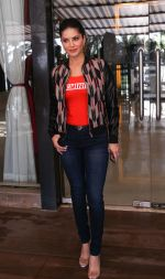 Sunny Leone Spotted at Juhu on 17th Sept 2018 (8)_5ba093cc2f2d5.jpg