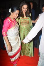 Asha Bhosle, Madhuri Dixit at IAzure store on the occasion of new iPhone Xs & iPhone Xs Max launch in mumbai on 28th Sept 2018 (7)_5baf2a745ac34.JPG