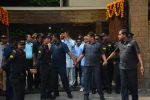 Amitabh Bachchan meets his fans on his birthday at his juhu house on 10th Oct 2018 (4)_5bbf0f1232236.JPG