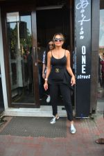 Amrita Arora spotted at Bastian bandra on 7th Oct 2018 (4)_5bbef89f9d023.JPG