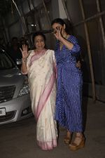 Asha Bhosle, Kajol at the screening of film Helicopter Eela at sunny sound juhu on 11th Oct 2018 (17)_5bc0bc1154062.JPG