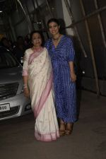 Asha Bhosle, Kajol at the screening of film Helicopter Eela at sunny sound juhu on 11th Oct 2018 (3)_5bc0bc052ecab.JPG