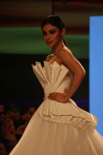 Mouni Roy at BT Fashion Week in Mumbai on 12th Oct 2018 (62)_5bc1a411e6f80.JPG