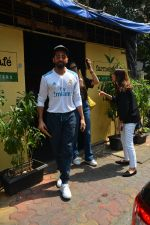 Aayushman Khurana & Wife Tahira Spotted At Farmer_s Cafe In Bandra on 16th Oct 2018 (5)_5bc6ece8336eb.JPG