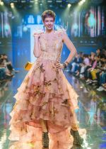 Kalki Koechlin Walk The Ramp As ShowStopper For Designer Delna Poonawala at BTFW on 15th Oct 2018  (3)_5bc6ee1dd314d.jpg