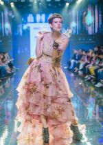 Kalki Koechlin Walk The Ramp As ShowStopper For Designer Delna Poonawala at BTFW on 15th Oct 2018  (4)_5bc6ee2053362.jpg