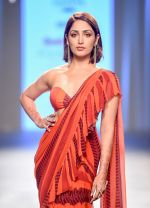 Yami Gautam walk the ramp at Bombay Times Fashion Week (BTFW) 2018 Day 2 for Arpita Mehta Show on 16th Oct 2018  (9)_5bc6dbec90808.jpg