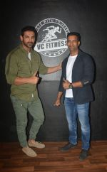 John Abraham at the launch of Vinod Channa_s VC Fitness in khar on 18th Oct 2018 (19)_5bc97d5e6c556.jpg