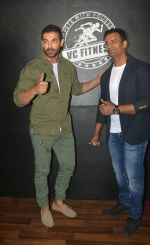 John Abraham at the launch of Vinod Channa_s VC Fitness in khar on 18th Oct 2018 (20)_5bc97d6013dbc.jpg