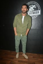 John Abraham at the launch of Vinod Channa_s VC Fitness in khar on 18th Oct 2018 (22)_5bc97d61be8a6.jpg