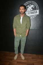 John Abraham at the launch of Vinod Channa_s VC Fitness in khar on 18th Oct 2018 (23)_5bc97d639a40a.jpg