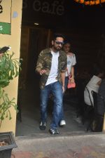 Ayushman khurana with wife Tahira spotted at farmer_s cafe Bandra on 19th Oct 2018 (2)_5bcd8a5fa551f.JPG