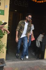 Ayushman khurana with wife Tahira spotted at farmer_s cafe Bandra on 19th Oct 2018 (3)_5bcd8a61d6833.JPG