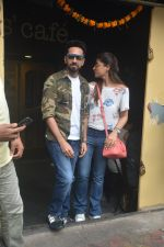 Ayushman khurana with wife Tahira spotted at farmer_s cafe Bandra on 19th Oct 2018 (6)_5bcd8a6838f43.JPG