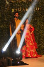 Soha Ali Khan, Kunal Kapoor walk The Ramp As ShowStopper For Designer Vikram Phadnis To Showcase Collection Shaadi on 24th Oct 2018 (3)_5bd190a97ec41.JPG