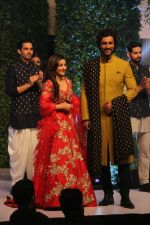 Soha Ali Khan, Kunal Kapoor walk The Ramp As ShowStopper For Designer Vikram Phadnis To Showcase Collection Shaadi on 24th Oct 2018 (6)_5bd190af8e8f4.JPG