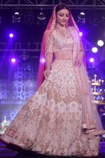 Soha Ali Khan walk The Ramp at The Wedding Junction Show on 26th Oct 2018 (58)_5bd45898a6848.JPG