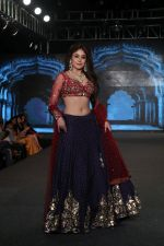 Kritika Kamra Walk The Ramp As ShowStopper For Designer Debarun At The Wedding Junction Show on 28th Oct 2018 (5)_5bd81c5b83f0a.JPG