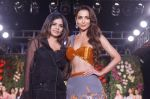 Malaika Arora Walk The Ramp As ShowStopper For Designer Kehia At The Wedding Junction Show on 28th Oct 2018 (22)_5bd81d7304eed.JPG
