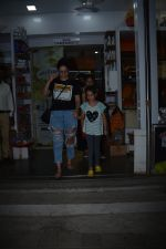 Manyata Dutt with daughter Iqra spotted at bandra on 1st Nov 2018 (6)_5bdc19344dc49.JPG