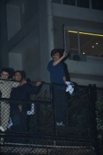 Shahrukh Khan waves to his fans on his birthday at his bandra residence on 1st Nov 2018 (20)_5bdc16e94f972.JPG