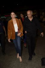 Alia Bhatt, Mahesh Bhatt spotted at airport on 11th Nov 2018 (17)_5bea6fd5bfeaa.JPG