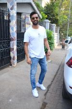 Vicky Kaushal spotted at bandra on 11th Nov 2018 (11)_5bea70ab268ae.JPG