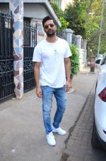 Vicky Kaushal spotted at bandra on 11th Nov 2018 (4)_5bea70802919b.JPG