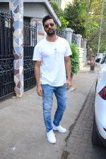 Vicky Kaushal spotted at bandra on 11th Nov 2018 (5)_5bea7089ac9c6.JPG