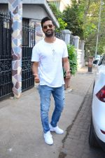 Vicky Kaushal spotted at bandra on 11th Nov 2018 (7)_5bea70982b561.JPG