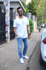 Vicky Kaushal spotted at bandra on 11th Nov 2018 (8)_5bea709e1f7f1.JPG
