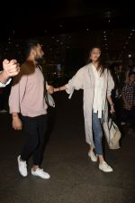 Virat Kohli, Anushka Sharma spotted at airport on 11th Nov 2018 (9)_5bea70d7519e0.JPG