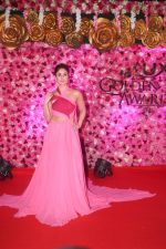 Kareena Kapoor at the Red Carpet of Lux Golden Rose Awards 2018 on 18th Nov 2018 (84)_5bf3a745dc30a.jpg