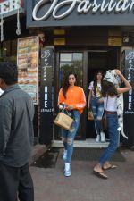 Khushi Kapoor and Anjali Dhawan spotted at Bastian bandra on 18th Nov 2018 (4)_5bf3a7761449c.JPG