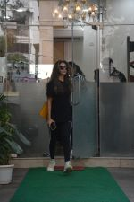 Amrita Arora spotted at a salon in bandra on 20th on 20th Nov 2018(16)_5bf5014050427.JPG