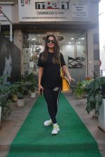 Amrita Arora spotted at a salon in bandra on 20th on 20th Nov 2018(23)_5bf5015e188e1.JPG