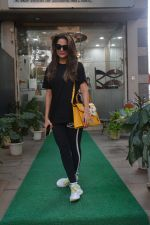 Amrita Arora spotted at a salon in bandra on 20th on 20th Nov 2018(27)_5bf5017007e92.JPG