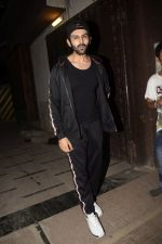 Kartik Aaryan Spotted at Juhu Gym on 24th Nov 2018 (13)_5bfb918a0f23e.JPG