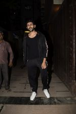 Kartik Aaryan Spotted at Juhu Gym on 24th Nov 2018 (15)_5bfb918d31aa8.JPG