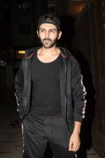 Kartik Aaryan Spotted at Juhu Gym on 24th Nov 2018 (16)_5bfb918fb585d.JPG