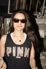 Ameesha Patel spotted at Kromkay salon in juhu on 27th Nov 2018 (19)_5bfe323552323.JPG