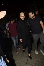 Sonali Bendre returns from USA after her treatment on 2nd Dec 2018 (14)_5c076e5e24925.JPG