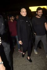 Sonali Bendre returns from USA after her treatment on 2nd Dec 2018 (15)_5c076e5fa575e.JPG
