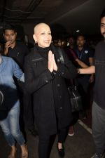 Sonali Bendre returns from USA after her treatment on 2nd Dec 2018 (16)_5c076e610e0f7.JPG
