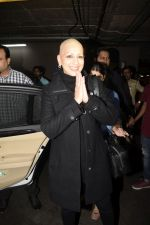 Sonali Bendre returns from USA after her treatment on 2nd Dec 2018 (17)_5c076e625ad5b.JPG
