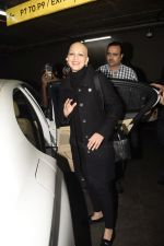 Sonali Bendre returns from USA after her treatment on 2nd Dec 2018 (19)_5c076e65376fb.JPG