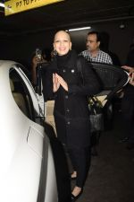 Sonali Bendre returns from USA after her treatment on 2nd Dec 2018 (20)_5c076e6696b11.JPG