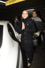 Sonali Bendre returns from USA after her treatment on 2nd Dec 2018 (21)_5c076e6811fa6.JPG