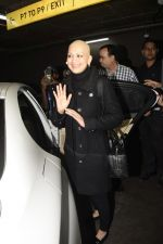 Sonali Bendre returns from USA after her treatment on 2nd Dec 2018 (24)_5c076e6c658e2.JPG