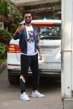 Vicky Kaushal spotted at sunny sound juhu on 15th Dec 2018 (1)_5c17441c90a90.JPG